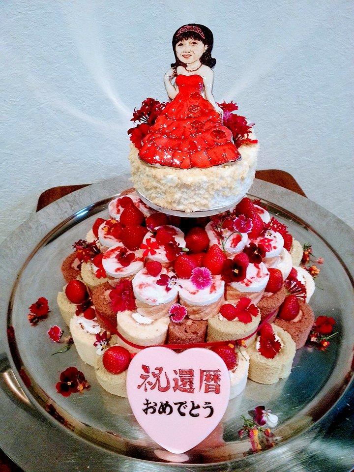 赤色の美食花の還暦ケーキ