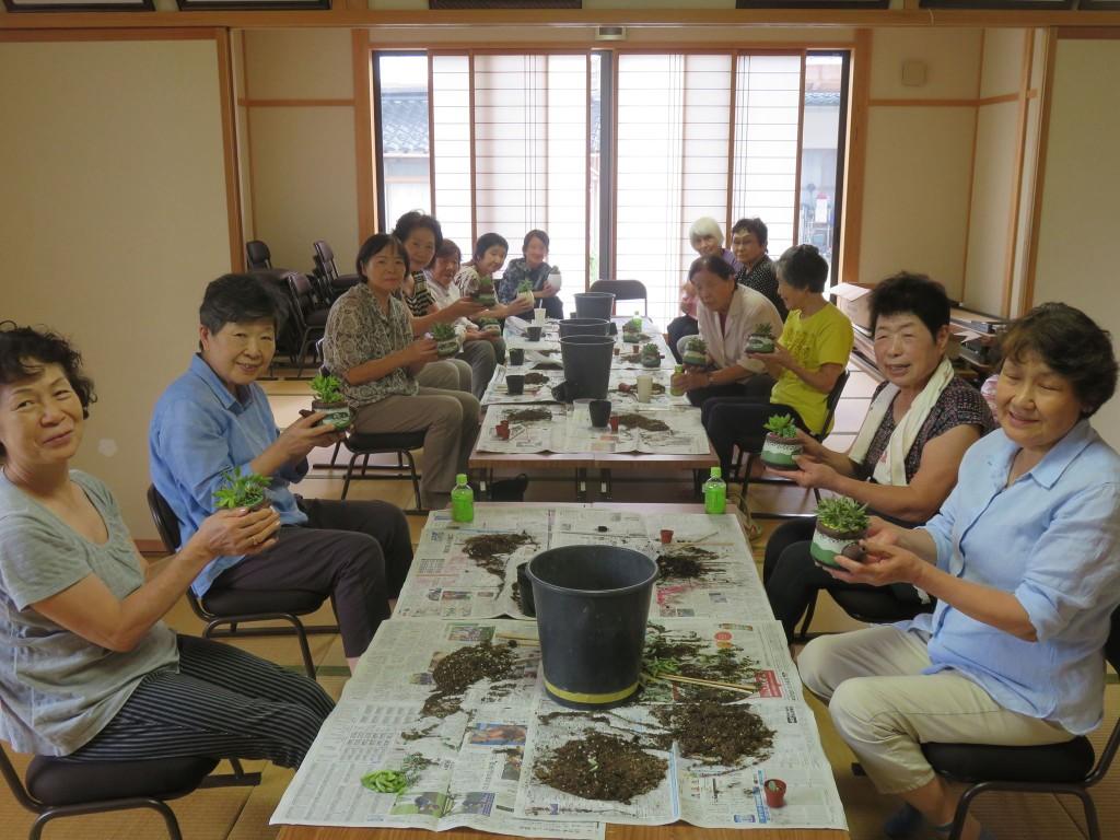 サロンで多肉植物の寄せ植え教室